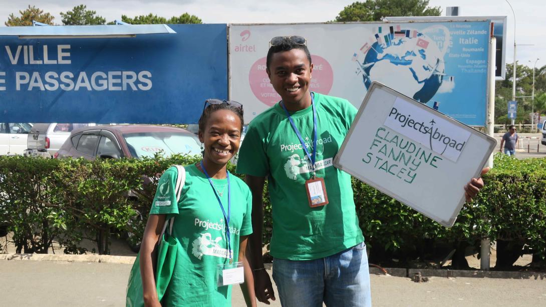Personal local recogiendo a voluntarios del aeropuerto en Madagascar.